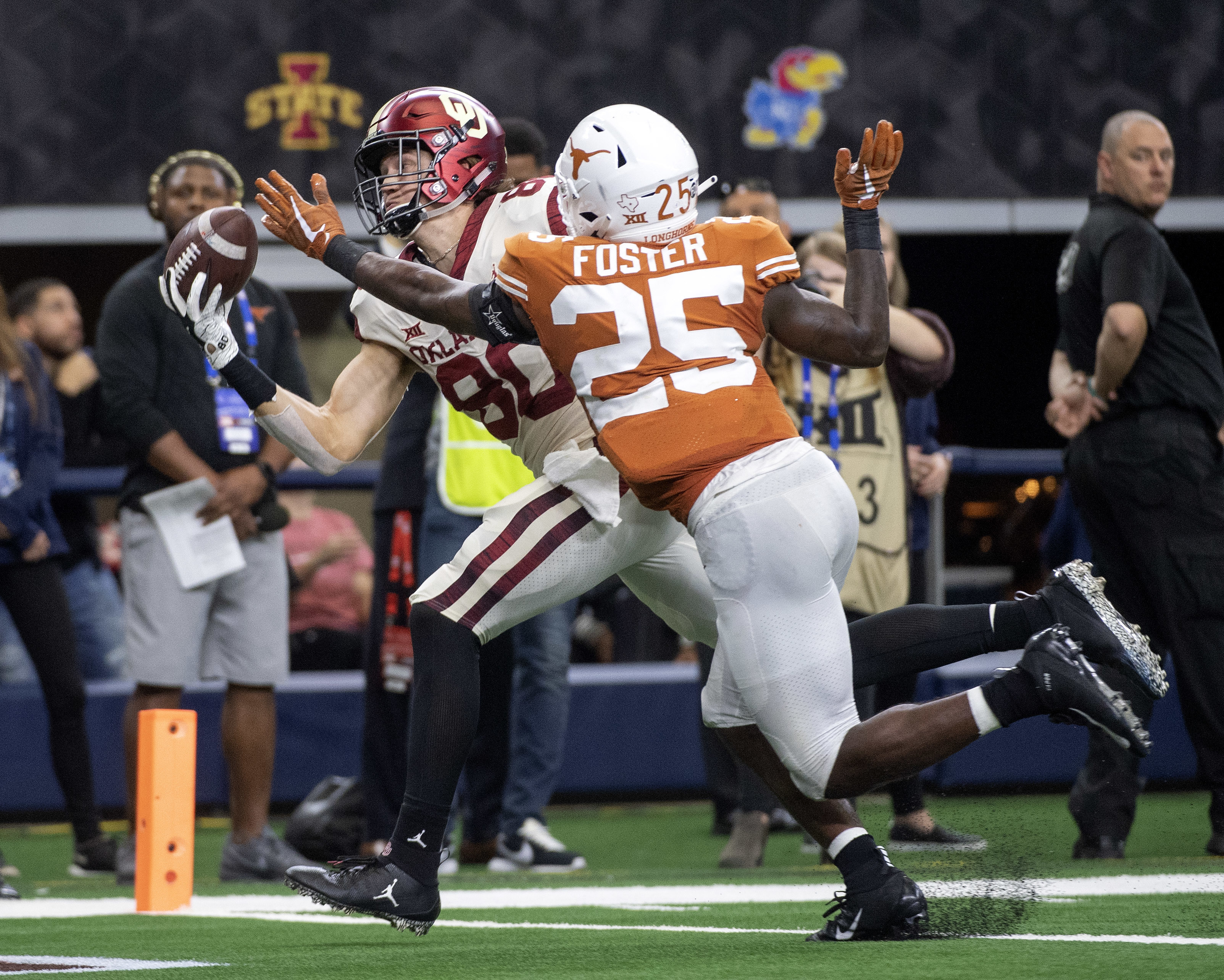 Oklahoma tight end Grant Calcaterra (80) hauls in a one-handed touchdown catch in front of Texas defensive back B.J. Foster (25) during the second half of the Big 12 Conference championship NCAA college football game on Saturday, Dec. 1, 2018, in Arlington, Texas. Calcaterra's touchdown sealed Oklahoma's 39-27 win. (AP Photo/Jeffrey McWhorter)