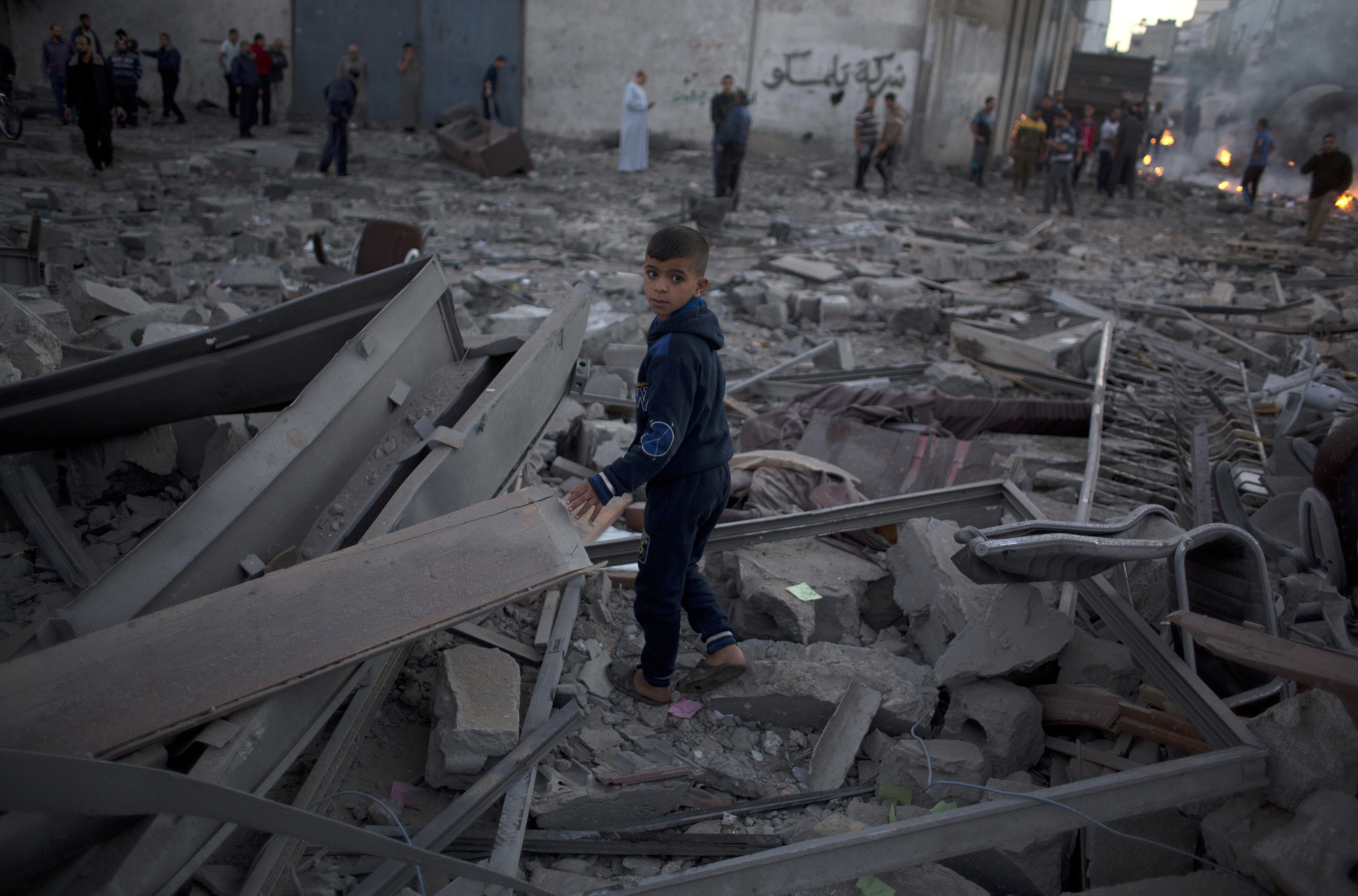 Un niño palestino entre los escombros de edificios destruidos por ataques de la aviación israelí en la Ciudad de Gaza, el 27 de octubre de 2018. (AP Foto/Khalil Hamra)